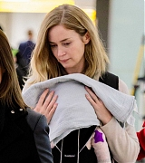 Emily_Blunt_-_Heathrow_Airport_Terminal_3_on_April_17-05.jpg