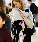 Emily_Blunt_-_Heathrow_Airport_Terminal_3_on_April_17-07.jpg