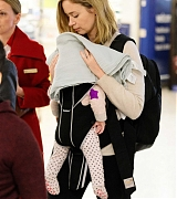 Emily_Blunt_-_Heathrow_Airport_Terminal_3_on_April_17-09.jpg