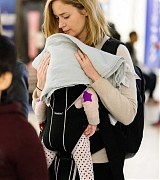 Emily_Blunt_-_Heathrow_Airport_Terminal_3_on_April_17-03.jpg