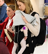 Emily_Blunt_-_Heathrow_Airport_Terminal_3_on_April_17-06.jpg