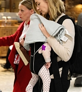Emily_Blunt_-_Heathrow_Airport_Terminal_3_on_April_17-08.jpg