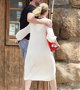 Emily_Blunt_-_In_Tuscany2C_Italy_on_June_7-06.jpg